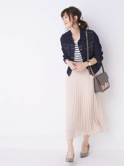 ピンクのプリーツスカートで大人かわいいコーデ