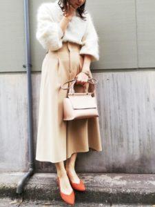 ふわふわの白ニット×ベージュスカート