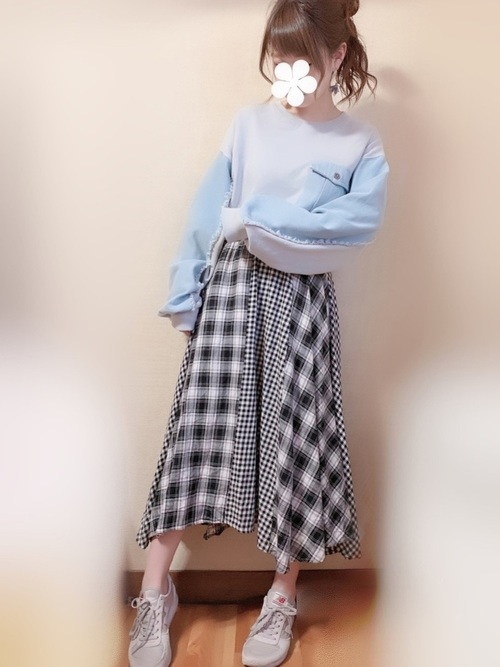 切り返しがかわいいチェック柄スカートのコーデ