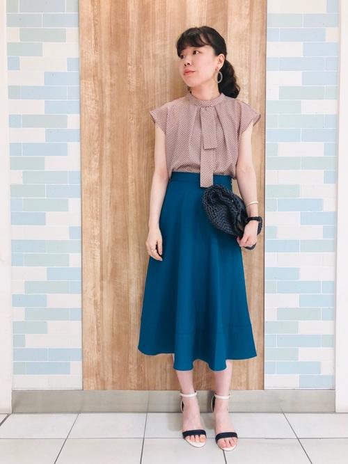 通勤服に使えるブルーのフレアスカートのコーデ