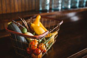 ワイヤーバスケットに野菜