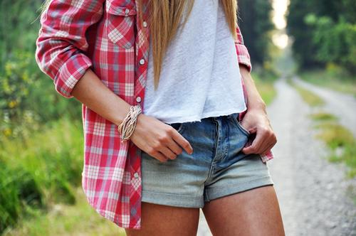 夏のチェックシャツコーデ