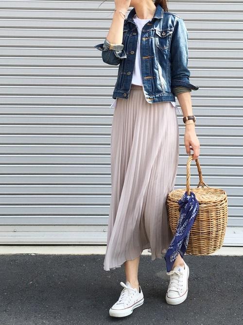 ニュートラルカラーのロングスカート