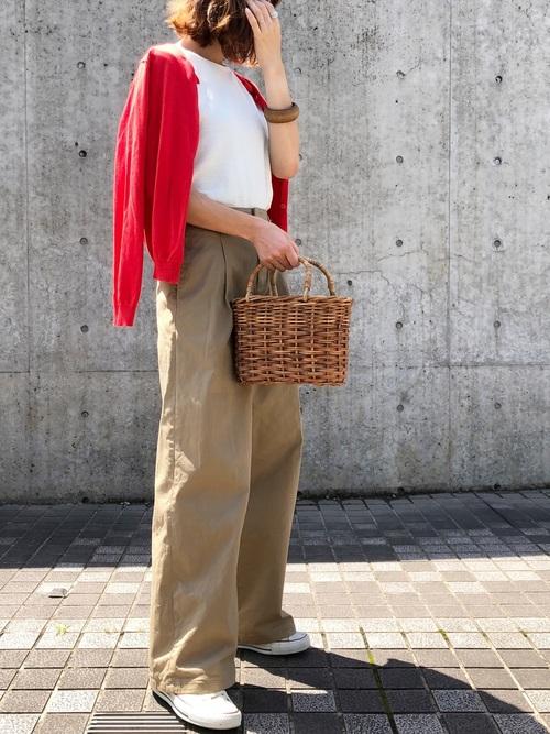 赤のカーデをさし色にしたカジュアルパンツコーデ