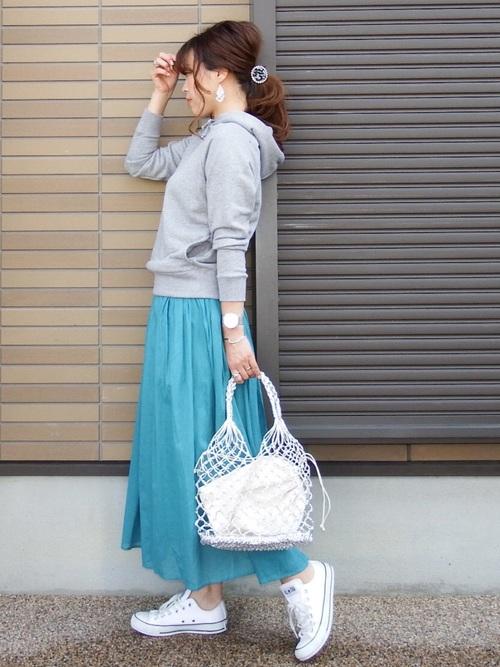 ブルーがきれいなロングスカートコーデ