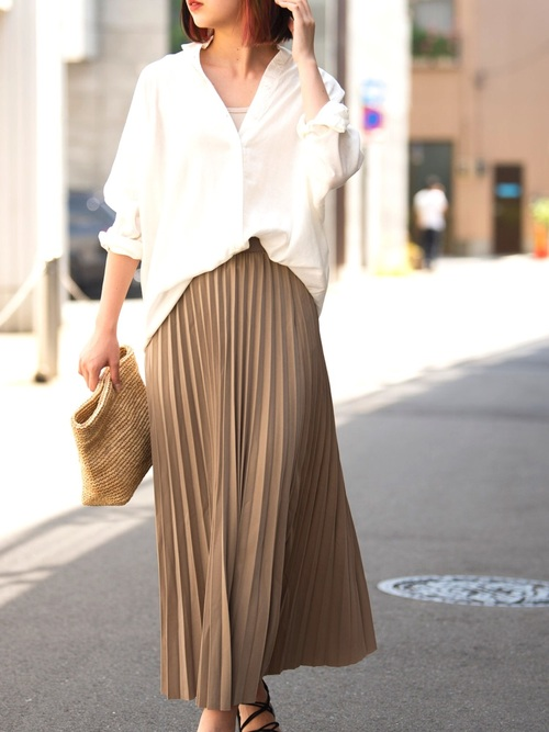 白シャツ×ロングスカートで大人カジュアル