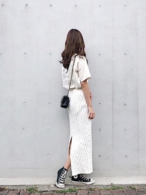 白Tと白スカートでわワントーンコーデ