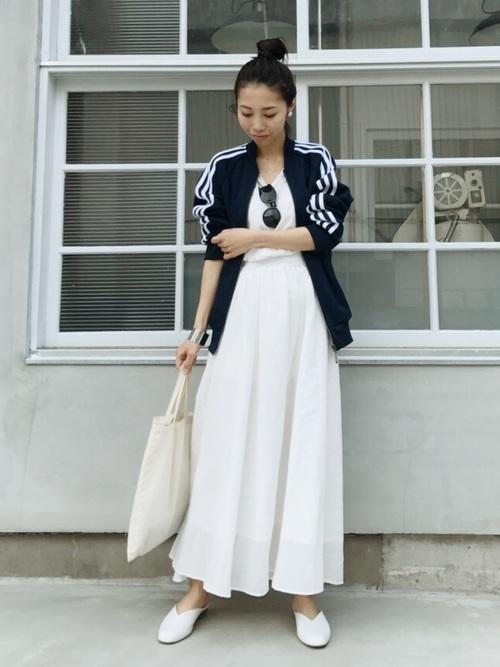 白のフレアスカートをカジュアルダウン