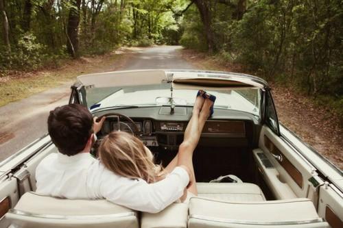 ドライブデート中のラブラブカップル