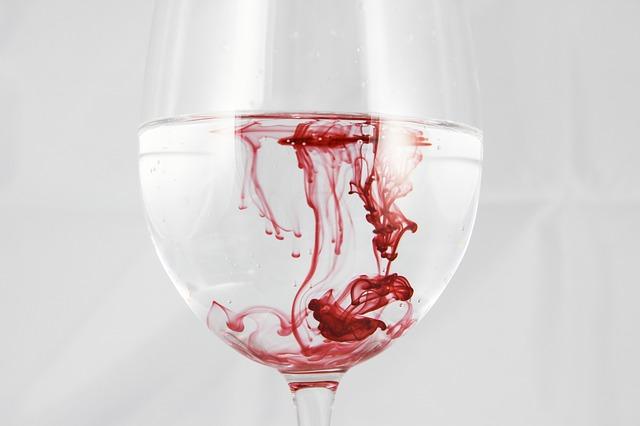 血の入ったコップ